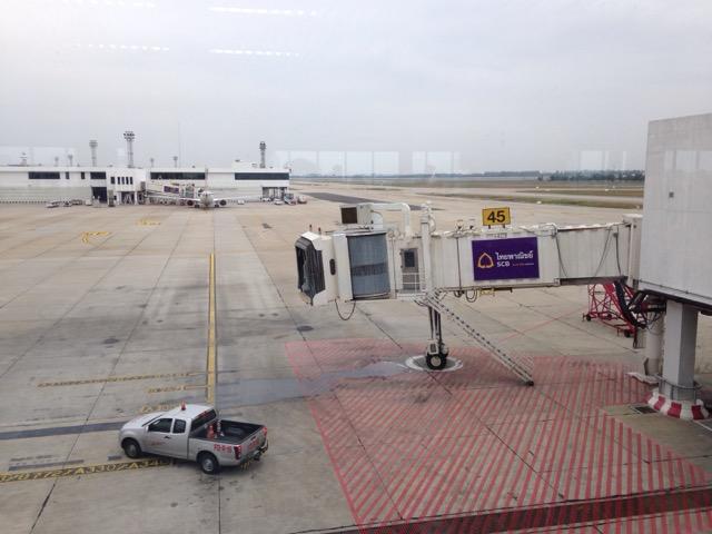 曼谷廊曼机场, 苦等不来的前序航班, 右侧天空还有飞行和跳伞表演