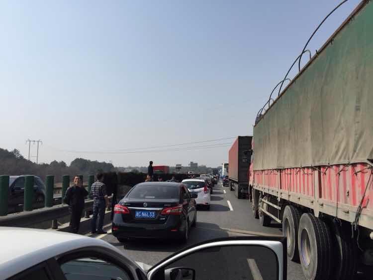 沪昆上饶段遇到事故时被堵死的高速路