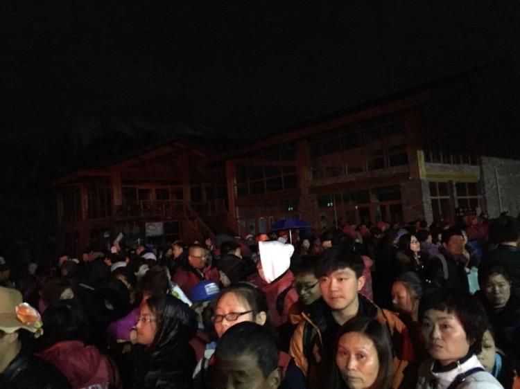 玉龙雪山游客中心排队等进场
