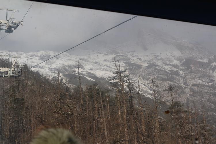 坐索道上雪山