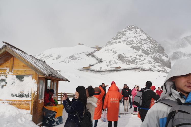 因下雪继续往上的步栈道被封闭了