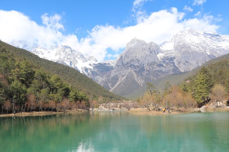 蓝天白云下的玉龙雪山和蓝月谷