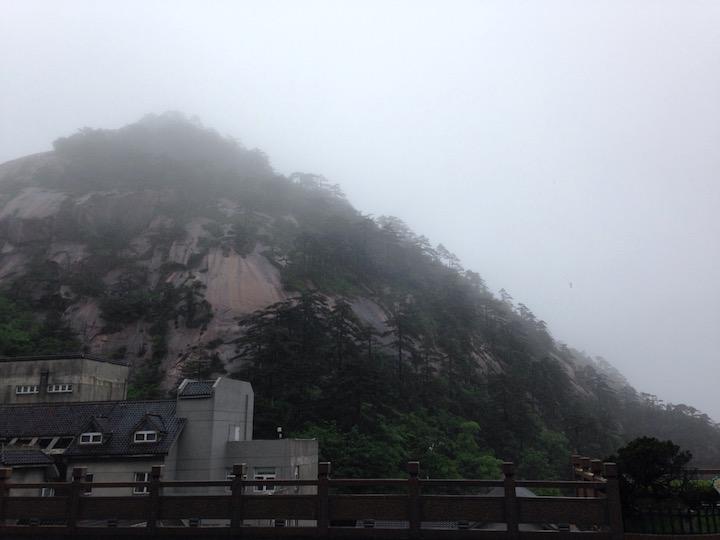 雨中黄山, 能见度比雨后大雾时略好点